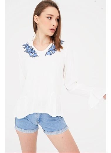 ESQ Mavi Nakışlı V Yaka Bluz Beyaz